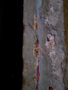 Traces de polychromie rouge et de dorure sur le pinacle de la travée droite